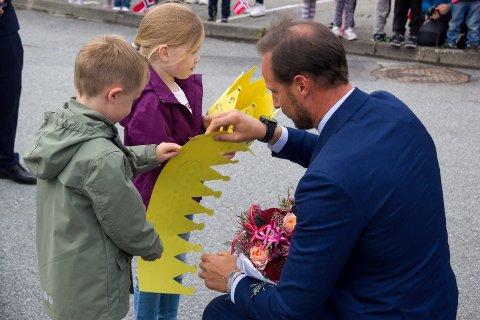 HAR LEVERT BLOMSTER:  Åsmund Eidsnes Birkeland (5) og Pernille Oline Holm Nilsen (4) fra Tjødnalio barnehage fikk æren av å levere blomster til kronprins Haakon under Kværner Stord-besøket.