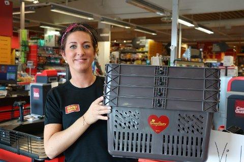 NYE: Butikksjef Katrine Bøe Emberland hos Extra Kvala fikk fire nye handlekurver forrige uke. De er allerede tatt i bruk av det vi får anta er single personer.
