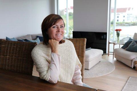 NYINNFLYTTET: Marit L. Rydningen og mannen Jarle forlot enebolig på Avaldsnes til fordel for leilighet i Haugesund. – Det satt langt inne å flytte fra Avaldsnes, men beliggenheten her er fantastisk, mener Marit L. Rydningen.