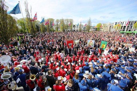 Haugesund 170516 17-maifeiring Barnetoget Rådhusplassen