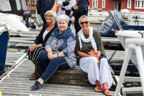 FAST PLASS: - Vi har fast plass på denne krabbeteinen og pleier alltid å være i Dokken hvert år, sier fra v.   Lis Kyvik, Åse Kambe og Laila Haaland.