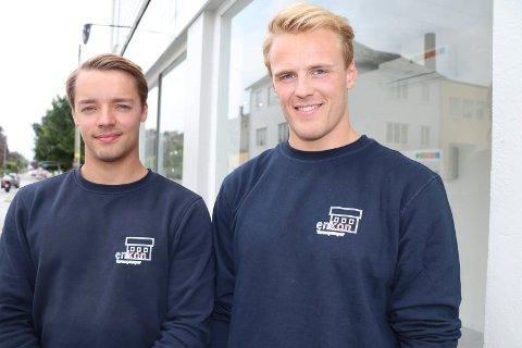 KJØPTE BEDRIFTEN: Ariel Fjeldheim (22) og Gustav Rugtveit (21) kjøpte bedriften til sistnevntes far Kenneth Rugtveit. Etter mange år med underskudd peker pilene oppover for første gang.