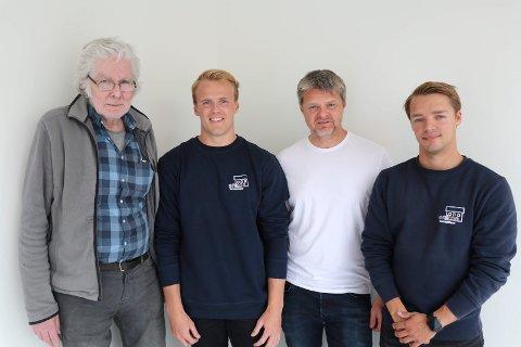 TRE GENERASJONER: Ariel Fjeldheim (22) og Gustav Rugtveit (21). T.v Einar Rugtveit, Gustavs farfar, og mellom de to bedriftseierne Gustavs far Kenneth Rugtveit som tidligere drev bedriften.