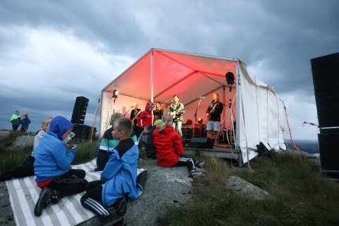 Tysvær 010919: I VINDEN: Blest med Paul Hansen som vokalist og Torbjørn Økland til høyre på gitar  tok utfordringen med å spille på Alvanuten i sterk vind - og kuling i kastene.
