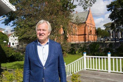 HAGEN: – Jeg tror Haugsund sentrum trenger små lunger i bybildet, sier Mads Ramstad, direktør for Haugalandsmuseet. Her i hagen til Wrangell-huset med Vår Frelsers kirke i bakgrunnen.