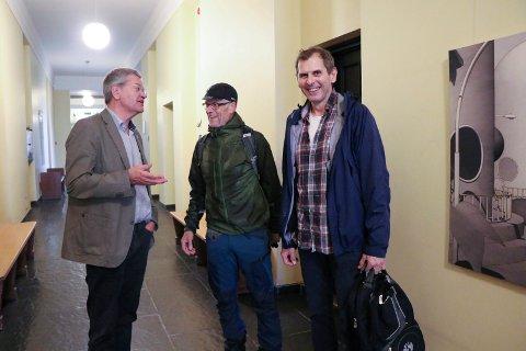 ØNSKET VELKOMMEN: Arne-Christian Mohn (Ap) ønsket Tom Landås (KrF) og Tor Inge Eidesen (Sp) velkommen til forhandlinger på Haugesund rådhus onsdag formiddag.