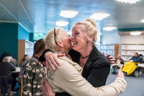 GJENÅPNING: Marianne Hirzel omfavner venninnen Ruth Meland. Det ble en følelsesfyllt dag for førstnevnte da biblioteket gjenåpnet.