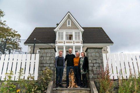 HUSETS NYE FAMILIE: Henrik, Gunnar, Unni og Eline Hellesen flyttet inn på Hemmingstad gård i sommer. Det gjorde også hunden Frøya og familiens to katter.