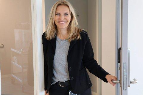 ÅPNER DØRENE: Kjersti Strønstad er psykolog og fagansvarlig for familieenheten hos Blå Kors Haugaland A-senter. Torsdag åpner de dørene til sine splitter nye leiligheter i Henrik Ibsens gate.