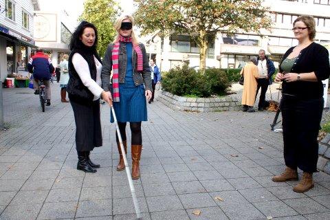 ALL SLAGS: Som journalist på Lokal-TV må en prøve litt av hvert i løpet av en arbeidsdag. Her ser vi TV Haugalands Margaret Stakkestad 13. oktober 2006 da hun «var blind» og måtte hjelpes av to fylkessekretærer fra Vestlandske Blindeforbund. Fra venstre; Wenche T. Phillips og Solfrid Larsen.
