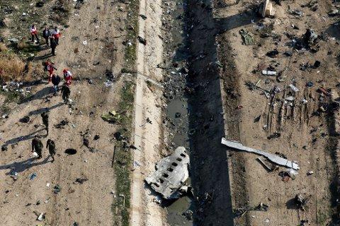 176 mennesker omkom i flystyrten. Iran innrømmer nå å ha skutt ned flyet ved en feil, men skylder på USA.