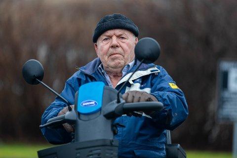 REAGERER: Fram til fredag var alt fryd og gammen for Jan Berthelsen og hans nye rullestol. Det forteller 74-åringen. Nå forklarer Kolumbus hvorfor han ble nektet å komme om bord i bussen.
