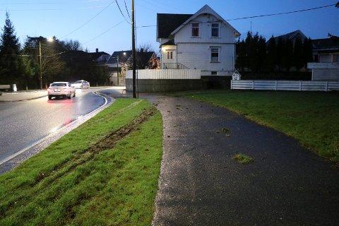 Det ble kraftige hjulspor i gresset på nordsiden av Skjoldavegen etter ulykken natt til tirsdag.