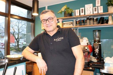 FORTVILET: Carlos Adbo Monclair hadde akkurat åpnet kafeen igjen, da gaten utenfor ble delvis stengt.