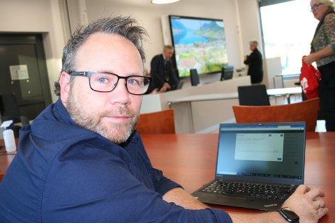 «KRINGKASTINGSSJEF»: Kommunalsjef Nils Erik Eide i Vindafjord er den som, via sin PC, syter for at kommunestyremøta blir vist på nettet.