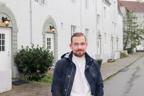 URBANT: Kristian Østensvik er godt fornøyd med beliggenheten til leiligheten i «De tusen hjem». – Det tar bare ti små minutter å gå til sentrum, sier han.