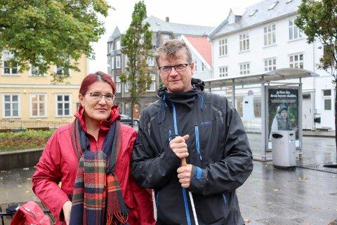 VIL TA BUSSEN: Blindeforbundet på Haugalandet har godt over hundre medlemmer. Elena Daniela Trifan og Thor Dagfinn Bjelland forteller at manglene på de nye bussene nærmest gjør det umulig for blinde og svaksynte å reise kollektivt.