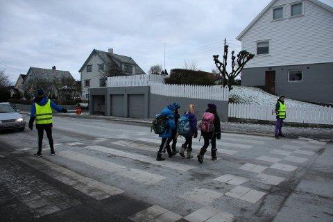 SIDEN 1952: Trygg Trafikk har samarbeidet med norske skoler om ordningen med skolepatrulje i en mannsalder. Etter 68 år endres nå fokuset rundt opplæring i barns trafikksikkerhet. Da dette bildet ble tatt i januar 2013 var det Trym Mølstre (nærmest) og Martin Hjelmervik i klasse 7C som sørget for at 3. klassinger ved Gard skole i Haugesund fikk gå trygt over veien.