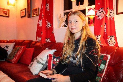 SKRIVER FANTASYBØKER: Frida Johansen Løvland (15) fra Sveio gir i disse dager ut sin første bok.
