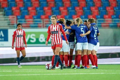 SKUFFET: Andrea Norheim (Avaldsnes) depper over 1-0 til VIF under semifinalen i cupen mellom Vålerenga og Avaldsnes på Intility Arena. Ylinn Tennebø til venstre.