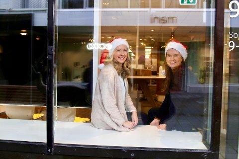 GOD PLASS TIL JULESTEMNING: Janne Enerstvedt og Kristine Unhjem Askeland i DNB inviterer til pepperkakeby-konkurranse og utstilling i bankens butikkvinduer.
