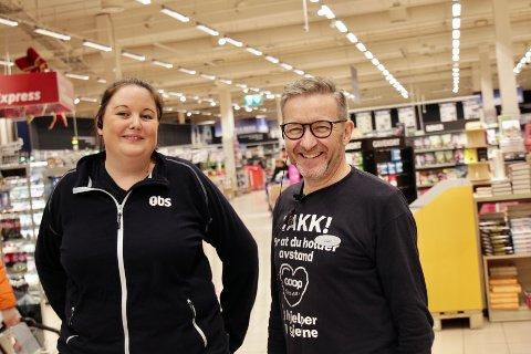 SNART KLARE FOR JULEFERIE: – Klokka 13 på julaften, da senker julefreden seg, konstaterer butikkmedarbeider Camilla Næsse og avdelingsleder Idar Persson hos Obs Amanda.