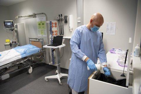 Thomas Olsen forbereder smittevask på Undersøkelsesrom 5 i Mottaksklinikken.