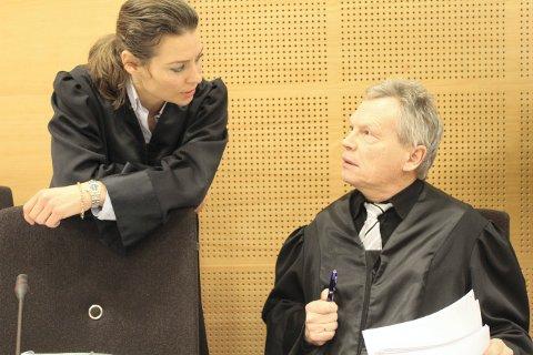 BA OM FENGSEL: Aktor, politiadvokat Thor Buberg krevde fire måneders fengsel, derav to måneder betinget, for den tiltalte læreren. T.v. kvinnens bistandsadvokat Benedicte Storhaug.