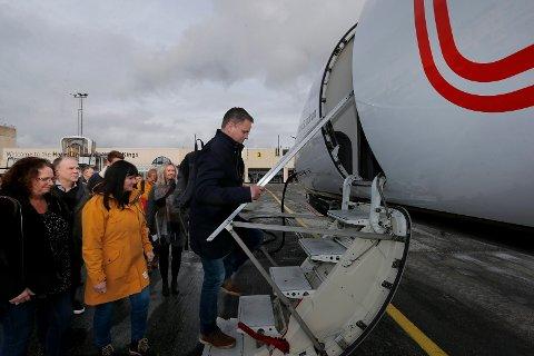 KLAR FOR AVREISE: Bernt og Solfrid Ulvang først ombord i flyet som skal ta dem til Skottland.