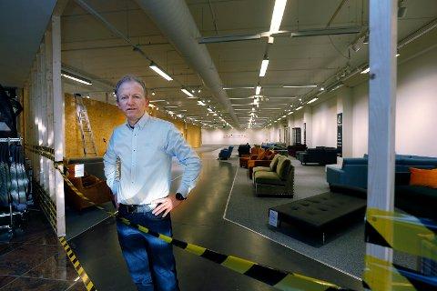 STARTER NESTE UKE: Finn Arne Roald er senterleder ved Raglamyr-senteret og daglig leder av møblebutikken Home At Home. Neste uke skal han selge billige møbler i eget utsalgslokale.