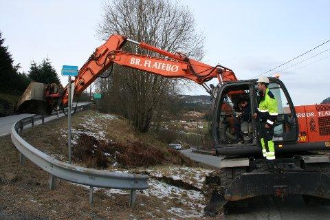 MARKERTE STARTEN: Etneordførar Mette Heidi Bergsvåg Ekrheim, med hjelp frå gravemaskinkøyrar Andre Brekke, tok første jafsen med mold då anleggsarbeida for eit nytt Mørkelikryss på E 134 i Etne starta.
