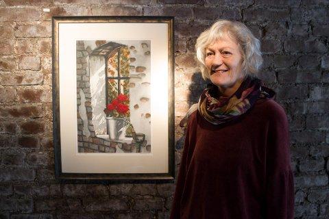 HEDRE MINNET: - Vi lager denne utstillingen for å hedre minnet til Kjell, sier Marit Totland Rameckers. Her med et av trykkene til Kjell Rameckers.