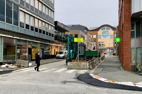 STENGT: Åsbygata er stengt i den delen som binder Strandgata og Haraldsgata sammen.