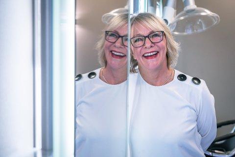 STRÅLER: Hun har trivdes med jobben sin og på arbeidsplassen, Elin Espeland.  40 år som frisør hos Espeland Hårdesign  passerte hun 1. februar.