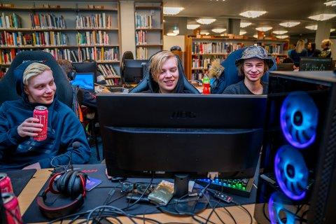 DETTE ER LIVET: Kameratene Didrik Lanton (18), Roy Emil Mannes (18) og Sander Nordahl (20) fra Haugesund, spiller ofte dataspill sammen. I helgen koste de seg sammen med 80 andre dataspillentusiaster på LAN-traff i Haugesund Folkebibliotek.