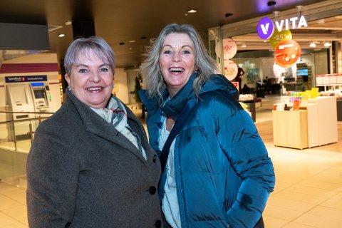 FOR OMKJØRINGSVEI: Venninnene Reidun Ritland og Mariann Andersson er enige om at det er på høy tid at omkjøringsveien på Åkra kommer på plass. Torsdag tar styringsgruppen i Haugalandspakken avgjørelsen om hvordan pengene skal brukes.