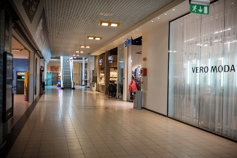 Mandag 16. mars. Et stort sett folketomt Amanda storsenter. Tre dager senere er enda flere butikker stengt. Senteret er fortsatt åpent.