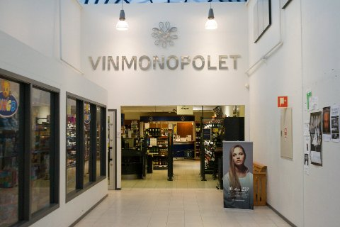 FLERE KUNDER: Vinmonopolet brukes mer enn vanlig i disse koronatider. Bildet er fra Vinmonopolet i Kopervik.