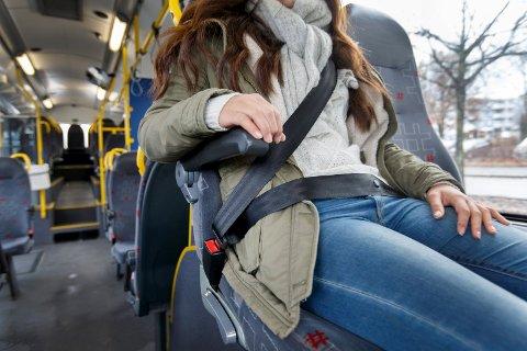 LIKT FOR ALLE: Fylkespolitikerne ønsker mest mulig like forhold for fylkets busspassasjerer. Samtidig ønsker de å utfase kontantbetaling. Nå blir løsningen et tillegg i billettprisen for de som ikke har kjøpt billett på forhånd.
