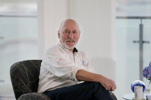 PÅ KARMØY: Tor Tollesen i leiligheten han har på Stong på Åkra. Bildet ble tatt etter det forrige presidentvalget i USA.