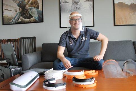 HJEMME: David Lampe i DeepOcean har størstedelen av produksjonen hjemme hos seg nå som det er hjemmekontor for mange. Der lager han ansiktsvisir ved hjelp av 3D-printer.