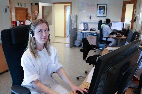 TRAVELT: Nina Langåker Pedersen hos Haugesund legevakt får mange telefonhenvendelser fra folk som har spørsmål om koronaviruset.