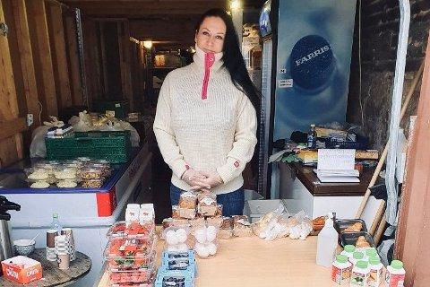 HAUGESUND: Hilde Louise Hansen er daglig leder ved Sammensenteret T3 i Haugesund. Etter at kafeen stengte i forbindelse med koronautbruddet, deler hun nå ut mat fra garasjen.