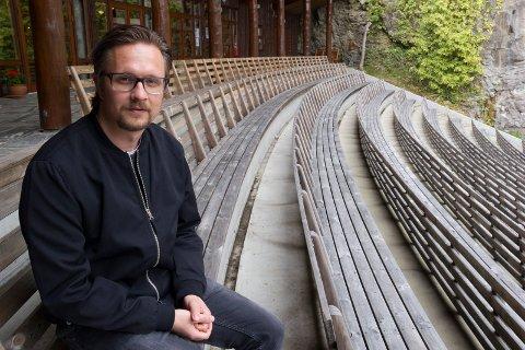 HÅPER PÅ FORESTILLING: Øystein Kausrud, daglig leder i Bømlo Teater håper det ikke blir tomme seter og at Mostraspelet kan settes opp 27.-29. august.