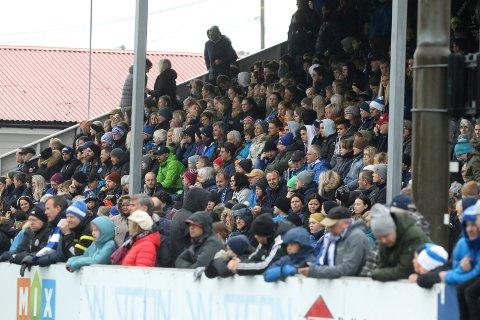 """FULLT PÅ TRIBUNEN: Slik så det ut da Åkra spilte cupkamp mot FKH i fjor. Nesten like mange """"møtte opp"""" til lørdagens fiktive kamp."""