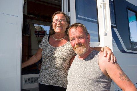 NÆRCAMPINGLIV:  - Vi har campet ved Storavatnet nær der vi bor. Nå nyter vi det frie campinglivet og sette kurs for Vikedal, sier ekteparet Liv-Erna og David Stutlien.