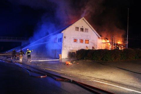 FULL FYR: Det brant kraftig i både hovedbygget og tilbygget på baksiden.
