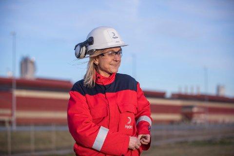 DONERER: Hydro Karmøy gir 400.000 kroner til Visnes-området. Fabrikksjef Ingrid Heradstveit Guddal anser donasjonen som et bidrag til et levende lokalsamfunn.