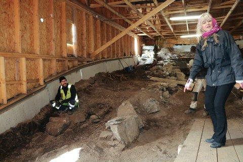 NORDRE VERNEBYGG: Den nordre delen av ruinen var dekker av kirkegårdsjord. Det er her arkeolog Erlend Nordlie og kollegene har avdekket 27 skjelettgraver. Til høyre: Avaldsnesprosjekts leder, Marit Synnøve Vea.