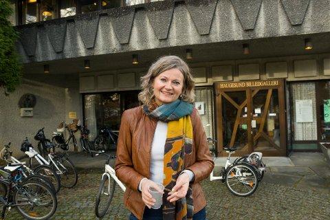 MYE BESØK: Gallerileder Grethe Lunde Øvrebø utenfor Haugesund Billedgalleri.